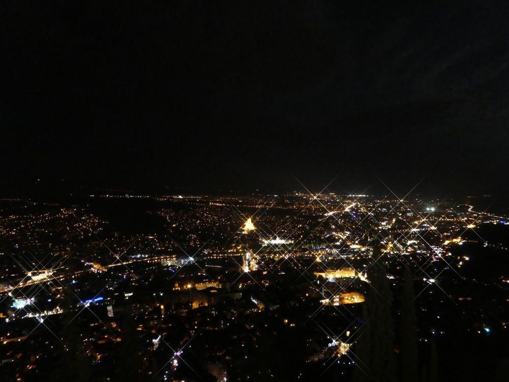 Blick über Tiflis bei Nacht