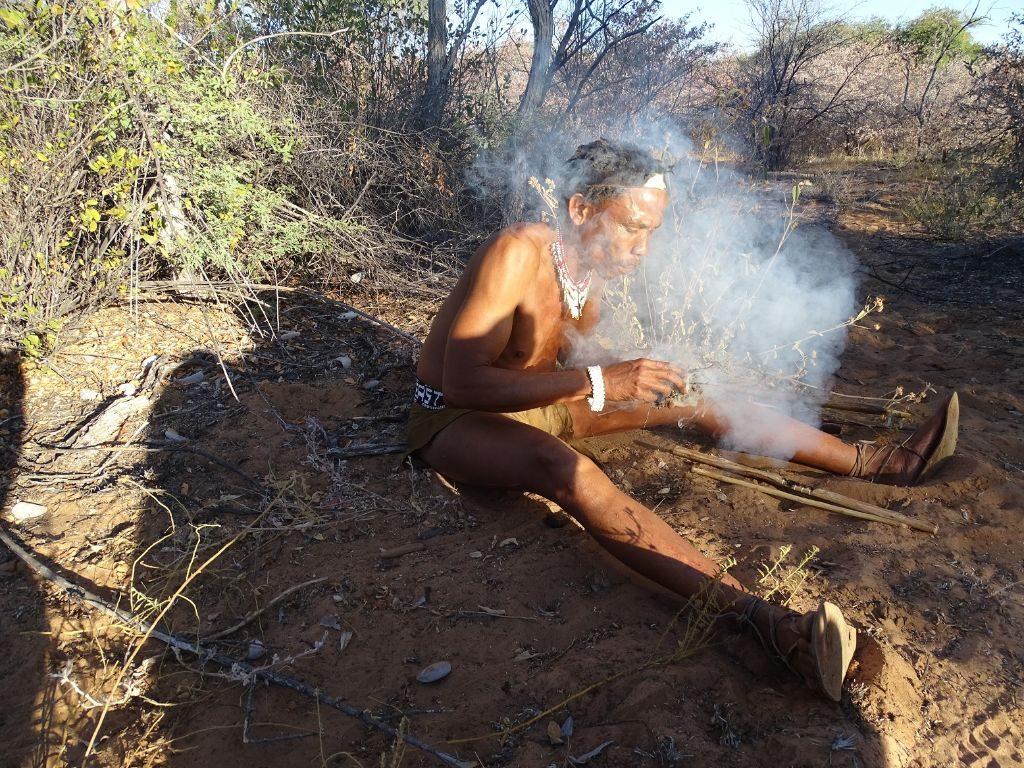 Kalahari Bushman macht Feuer